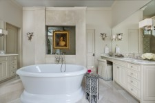 Interior-Design-Maison-Maison-Antigues-master bathroom